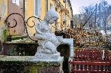 Скульптура Ребенок с кошкой создана из ракушечника Лизелоттой Штайнер в 1943 году