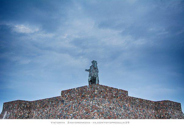 конный бронзовый памятник императрице Елизавете Петровне.